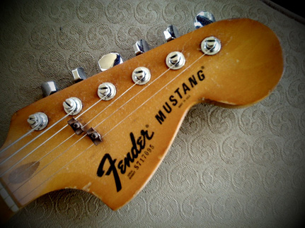 Fender mustang bass headstock